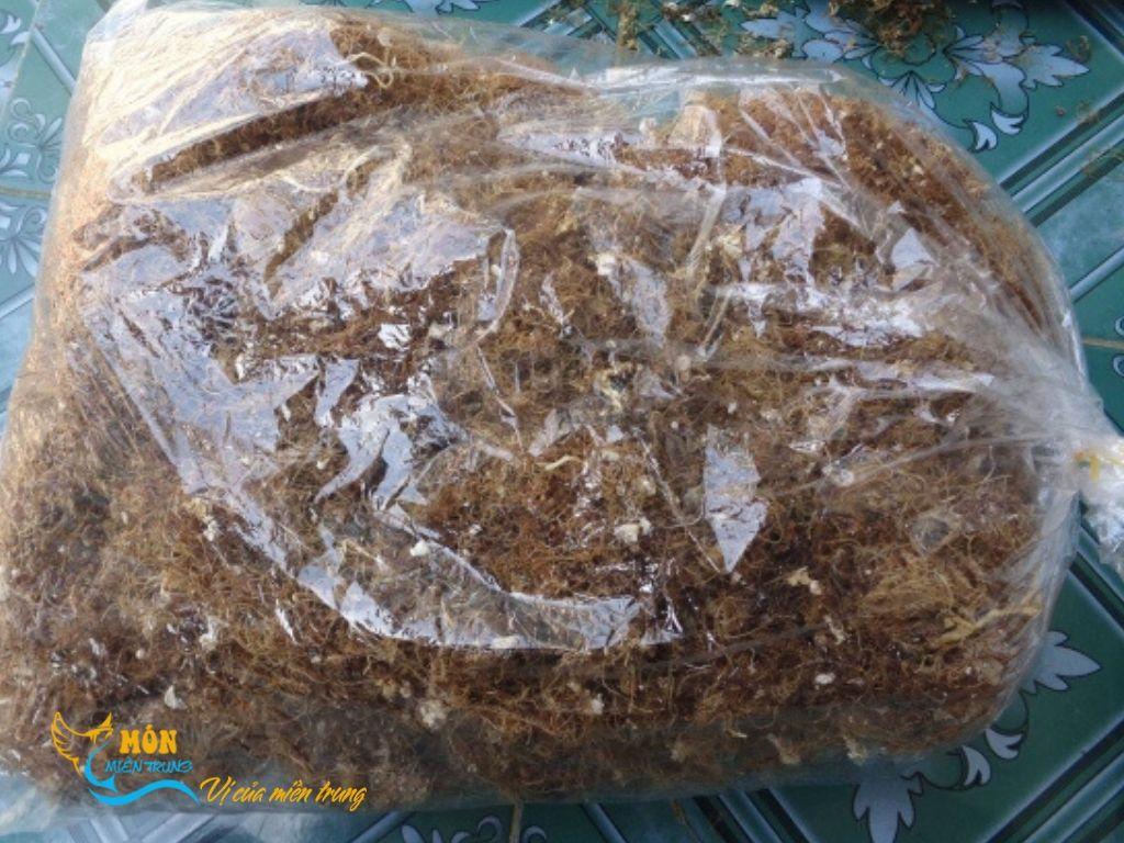 Rau câu nấu xu xoa hay còn được gọi là rau đông nấu xu xoa, rong biển nấu xu xoa...v.v.. Rau câu của bên mình có nguồn gốc từ Lý Sơn, Quảng Ngãi. Đây là một loại rong biển mọc tự nhiên và có nhiều nhất ở những khu vực có đá, san hô. Mùa vụ mà người dân thu hoạch được nhiều nhất là từ tháng chạp đến tháng tháng 4 tháng 5 âm lịch. Sau khi thu hoạch thì người dân phơi khô rất nhiều nắng để bảo quản và sử dụng được lâu.